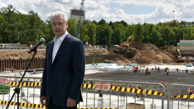Мэр Москвы Сергей Собянин заложил памятную капсулу в фундамент бассейна «Лужники»